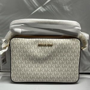 New & Authentic Michael Kors Jetset Vanilla Cross.